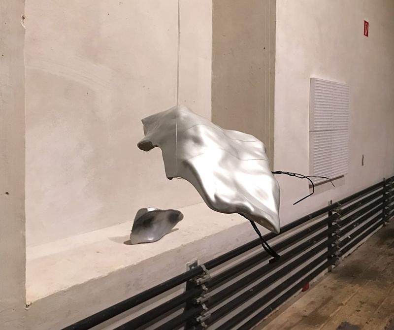 SILVER-INTERFERENCE Skulptur: 46 x 27 x 8 cm Holz Carbon Epoxidharz Autolacke metallic interference glänzend