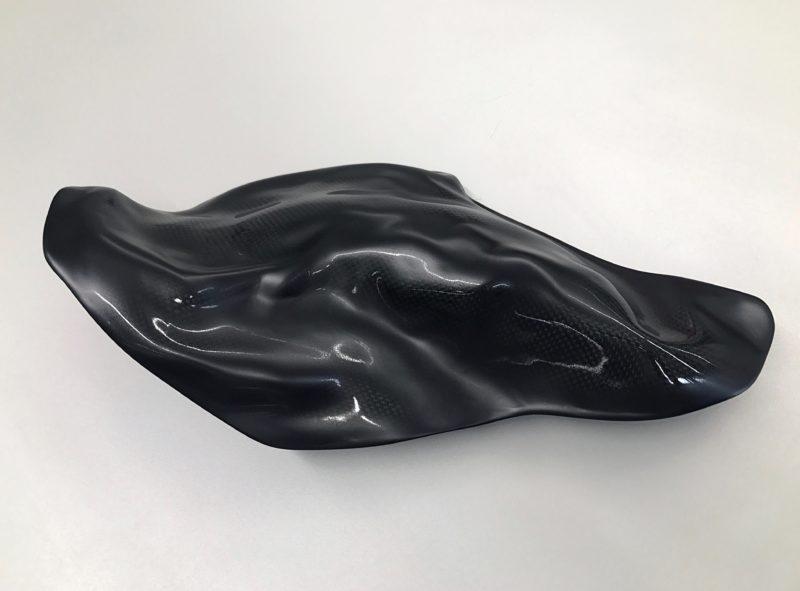 GEGEN SICH SELBST DENKEN- OHNE SICH PREISZUGEBEN Sculpture  47 x 26 x 13 cm Carbon Wood Epoxy resin Car paint matte glossy